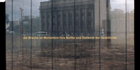 Das Foto zeigt ein Brachland in Berlin, gefilmt mit einer defekten 16mm Kamera.