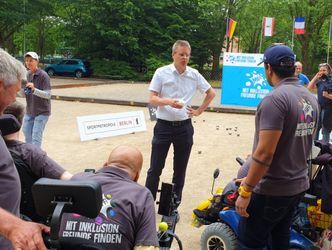 Vergrößerung: Sportstadtrat Tobias Dollase (parteilos, für CDU) begrüßte die Sportler auf dem Bouleplatz und begann mit ihnen ins Gespräch zu kommen.