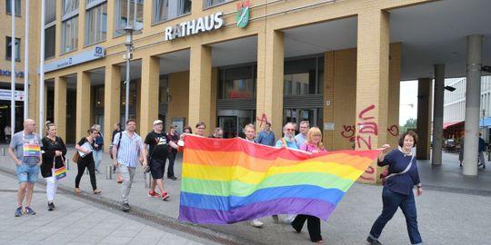 Hisst 2021 die Regenbogenfahne vor dem Rathaus - die Fahne wird transportiert