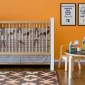 """Alvar Aalto im Kinderzimmer: Kindertisch """"Chalkboard Table"""" und Stühle von Offi Kids (© Offi Kids)"""