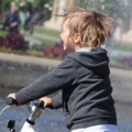 Ein Kind, ein Kinderfahrrad und die Sehnsucht nach Frühling