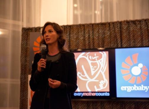 Christy Turlington: Guest Designer Series von Ergobaby für Every Mother Counts