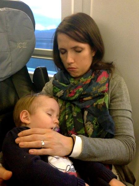 Bahnfahren mit Kindern: Mama und Kind 2.0 schlafen