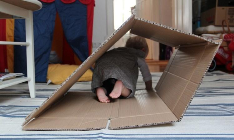 Kind 2.0 mit dem schönsten Spielzeug im Kinderzimmer: Einem Karton!
