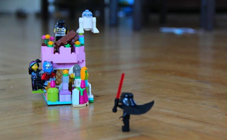 Rollenspiele mit Lego Steinen: Verfolgungsjagd mit Prinzessinnenschloss