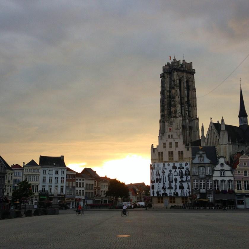 Abendstimmung am Grote Markt in Mechelen mit Blick auf die St.-Rombouts-Kathedrale