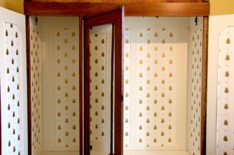 einen alten schrank tapezieren eine idee ganz einfach. Black Bedroom Furniture Sets. Home Design Ideas