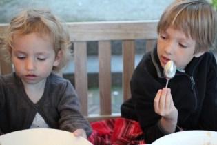 Seltenes Bild: Beide Kinder sitzen still
