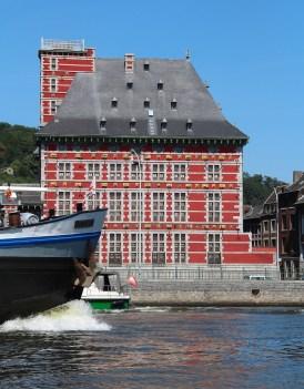 Es gibt auch schöne Lütticher Häuser direkt an der Maas