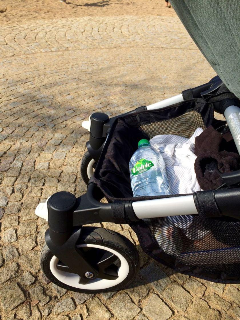 Das leichte Gepäck auf den Schultern, das schwere im Wagen.