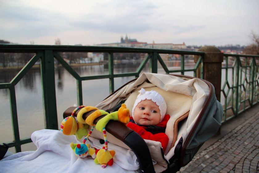 Prag: Mit Kinderwagen an der Moldau mit Blick auf die Prager Burg