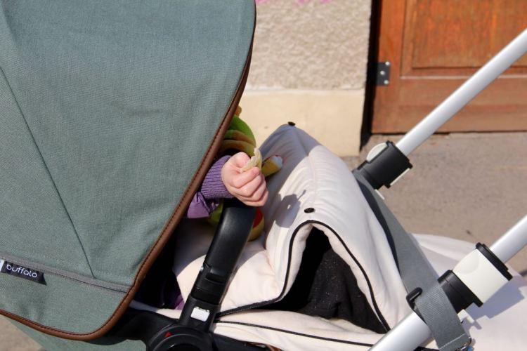 Platztausch: Die Große darf mal in den Wagen. Die Kleine in die Ergobaby Trage.