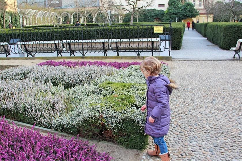 Ein schöner Spielplatz in Prag liegt versteckt im Franziskanergarten