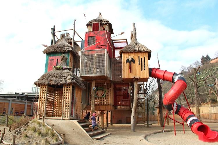 Ein schöner Spielplatz in Prag: Der Kletterturm im Bororo Reservat des Prager Zoos