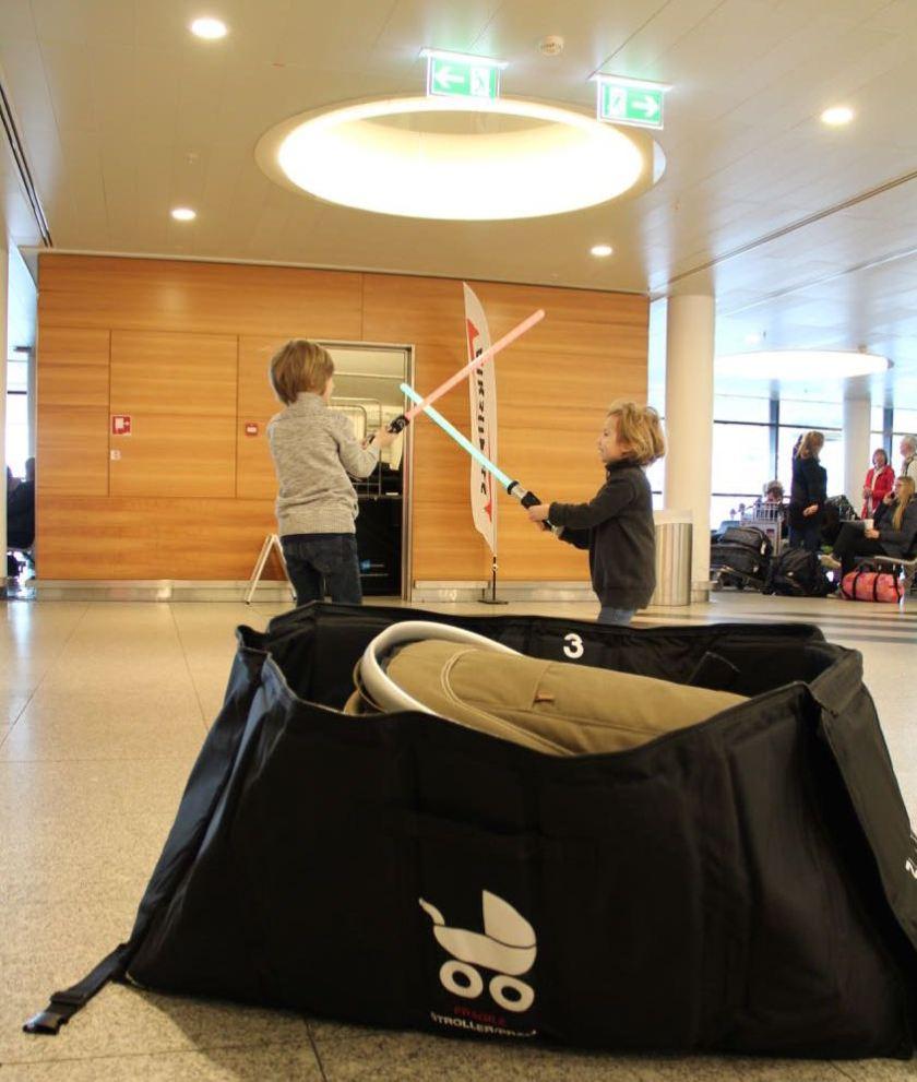 Der Platz in der Kinderwagentasche ist unsere Rettung für die zwei Lichtschwerter.