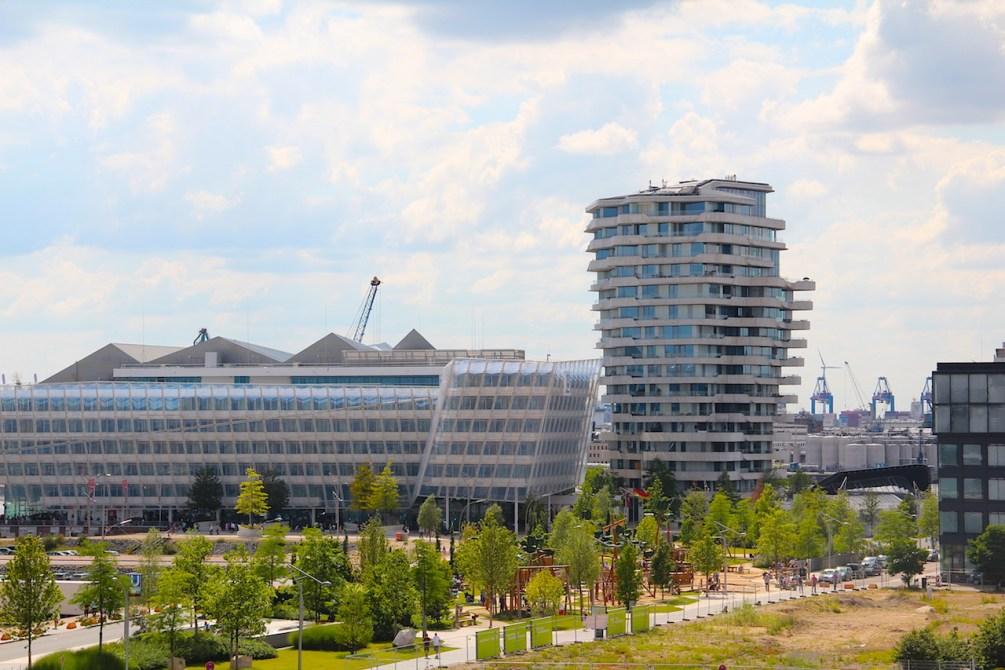 Ein Blick aus dem Fenster des 25hours Hotel Hamburg Hafencity ist für Kinder besonders spannend