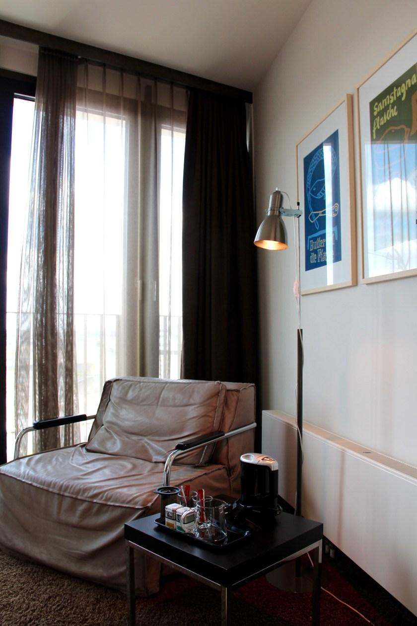 Eigentlich eine gemütliche Ecke im Zimmer des 25hours Hotel Hafencity: Man kommt nur mit drei Kindern selten dazu, sie zu nutzen.