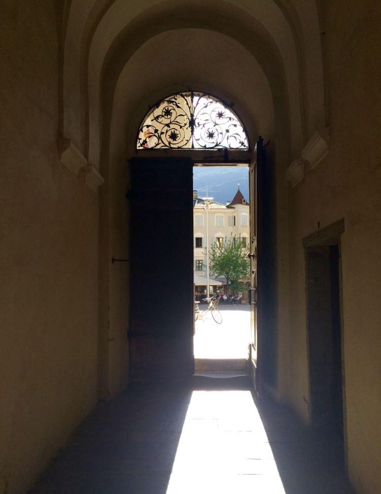 Blick aus dem Kreuzgang des Brixner Doms auf den Domplatz