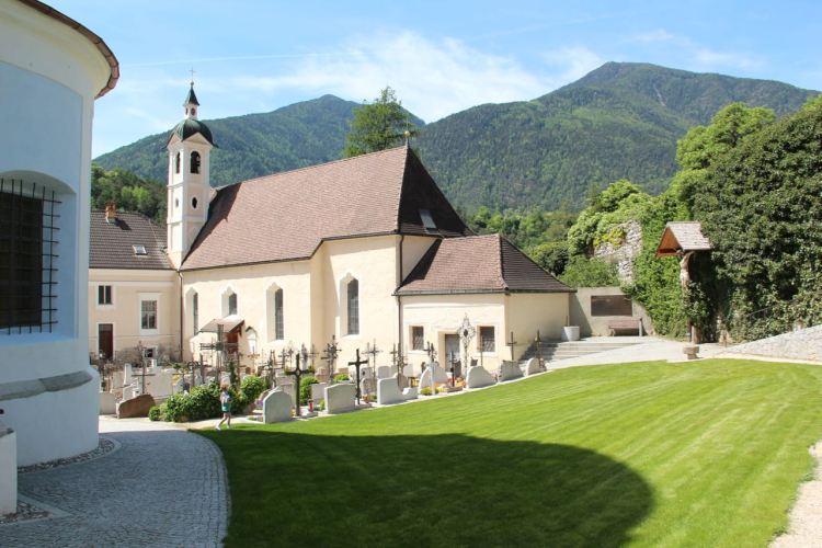 Der kleine Friedhof direkt neben der Stiftskirche