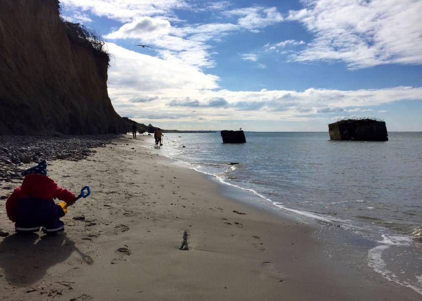 Steilküste mit Bunkerresten am Darßer Strand