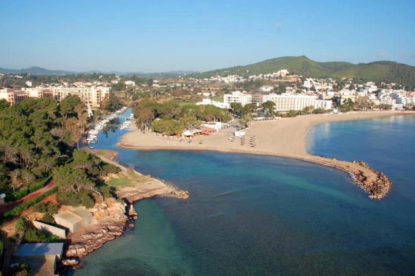 Santa Eulalia, die zweitgrößte Stadt der Insel mit der Flussmündung