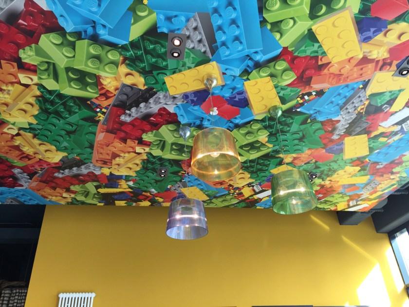 LEGO an der Decke und im Spielzimmer, gleich neben dem Familienbereich im Restaurant.