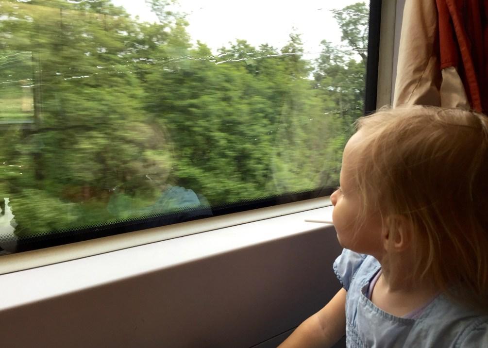 Bahnfahren mit Kindern: Manchmal braucht es nichts als Regentropfen an der Scheibe
