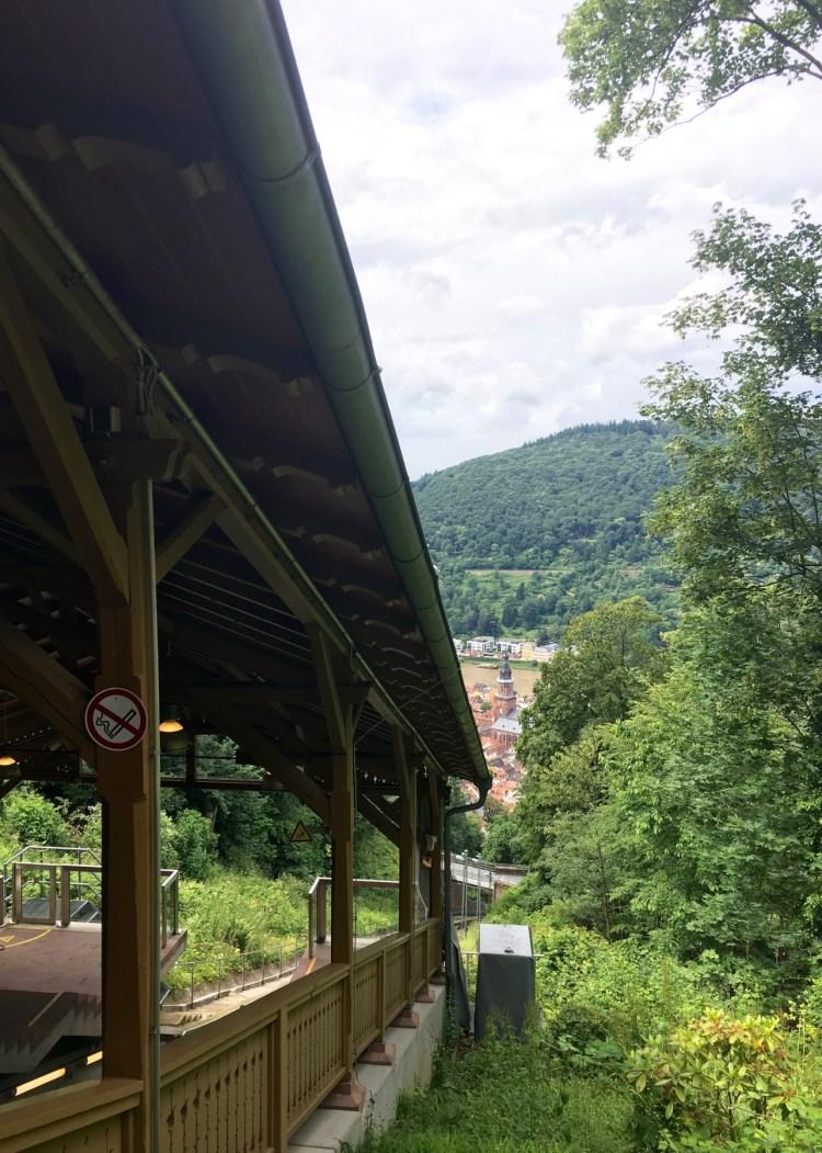 An der Station Molkenkur steigt man von der modernen Bergbahn in die nostalgische Bergbahn um.