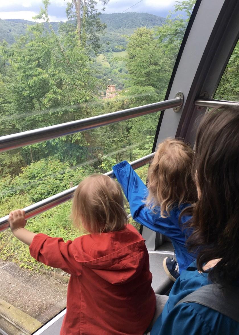 Den besten Blick hat man hinten. In der modernen Heidelberger Bergbahn ergattern die Kinder den Fensterplatz.