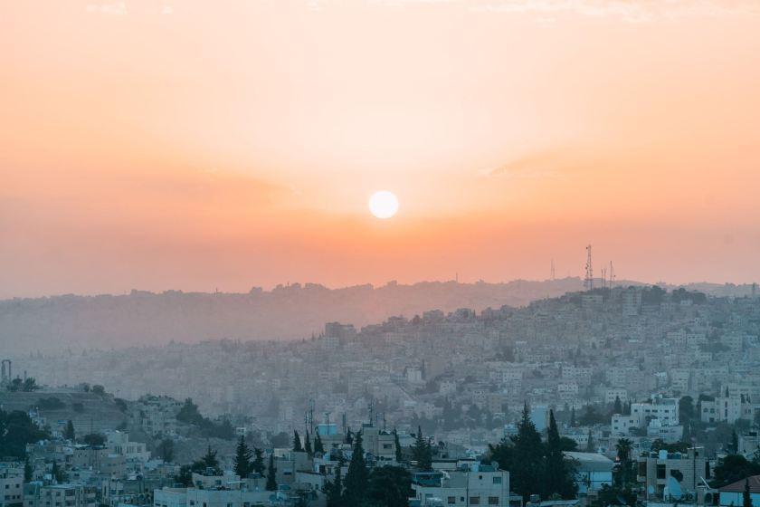 Blick über Amman, Jordanien. Jordanien mit Kindern: Tipps und Reiseinspirationen findest du auf www.berlinfreckles.de