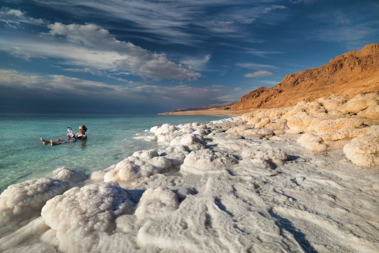 Totes Meer, Jordanien, auf dem Wasser treiben und lesen. Jordanien mit Kindern: Tipps und Reiseinspirationen findest du auf www.berlinfreckles.de