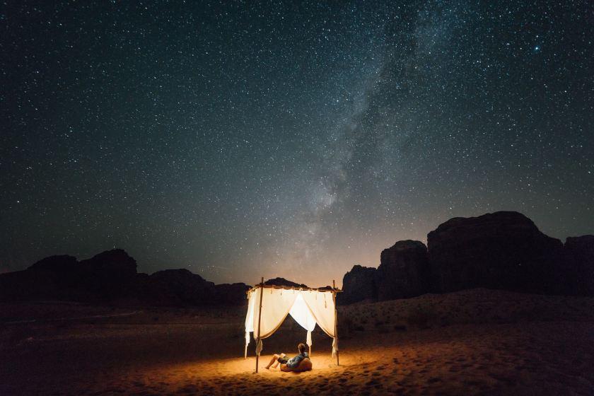 Sternenhimmel im Wadi Rum, Wüste in Jordanien. Jordanien mit Kindern: Tipps und Reiseinspirationen findest du auf www.berlinfreckles.de