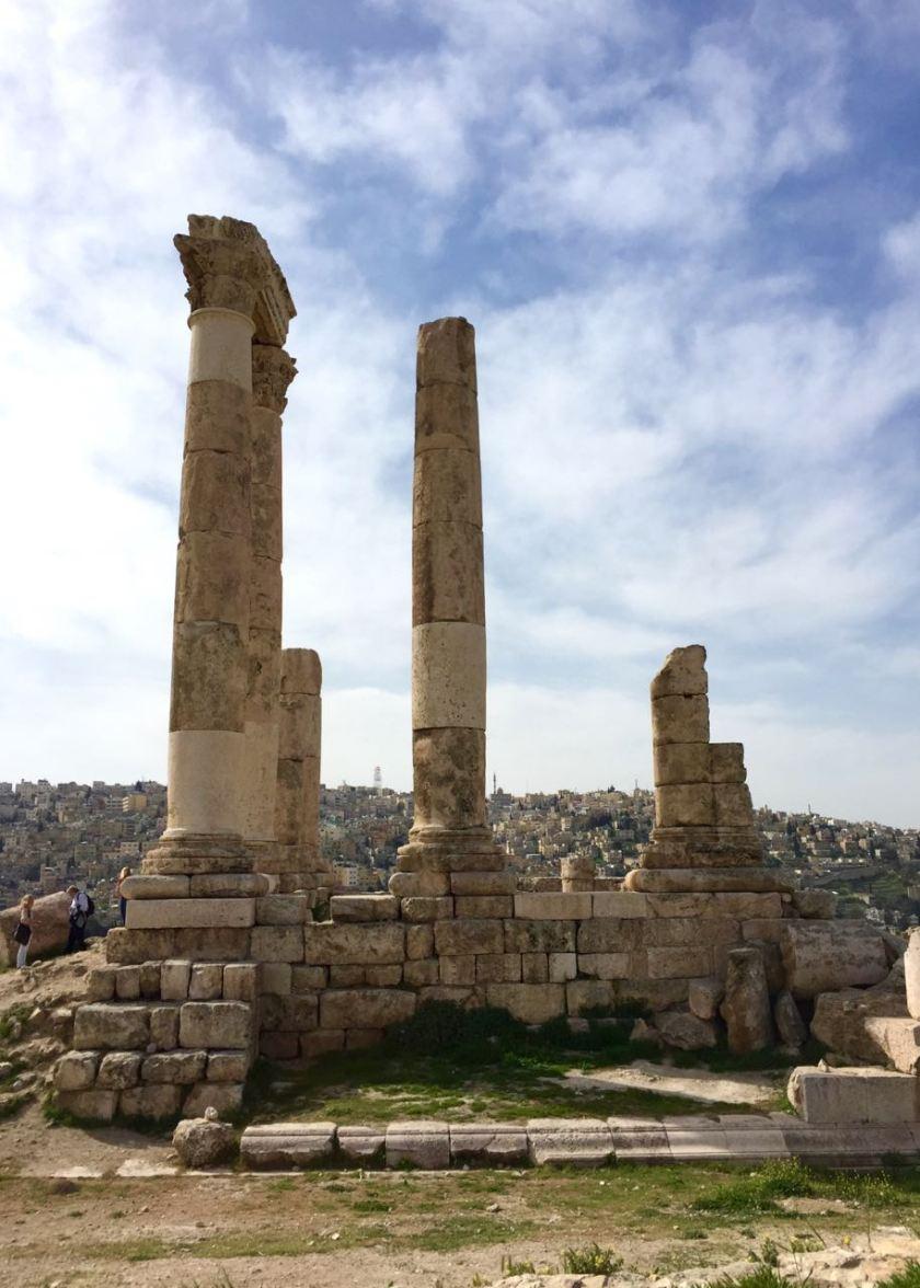 Der Zitadellenhügel in Amman. Perfekter Ausgangspunkt für eine Tour durch die Stadt. Jordanien: Highlights und Impressionen von einer Rundreise mit Schulkind. Mehr dazu auf www.berlinfreckles.de
