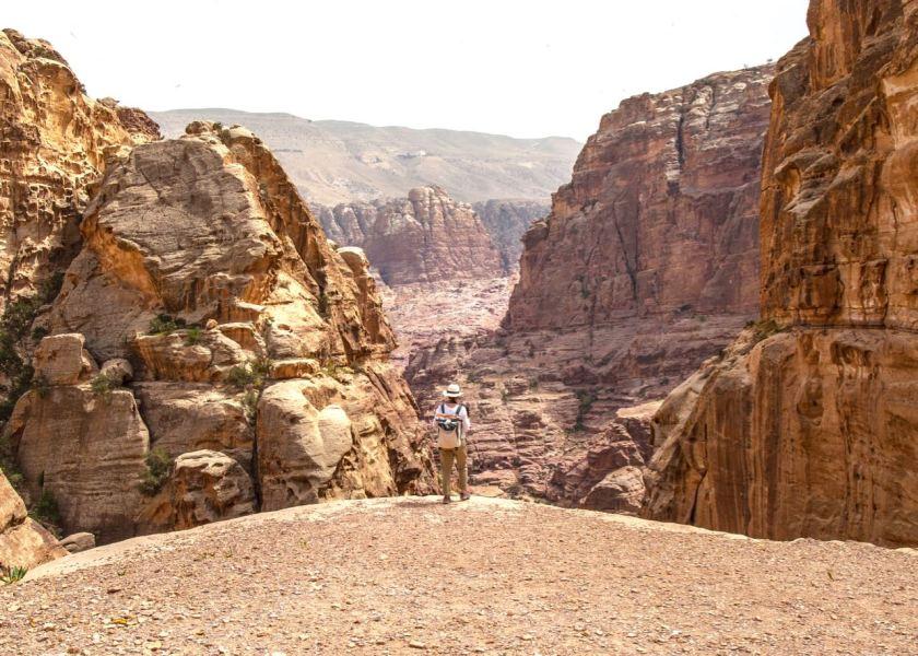 Staunend in Petra auf dem Weg hinauf zum Ad Deir Kloster. Jordanien: Highlights und Impressionen von einer Rundreise mit Schulkind. Mehr dazu auf www.berlinfreckles.de