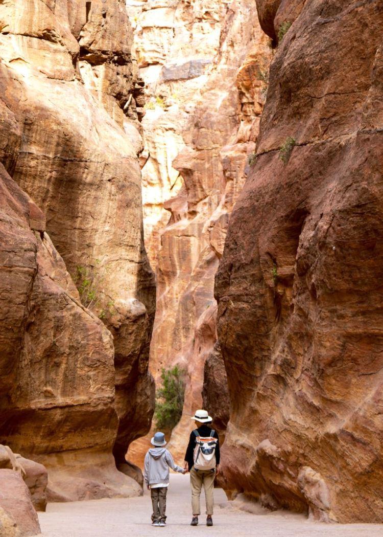 Im Siq von Petra. Dieses Weltkulturerbe lässt einen immer wieder staunen. Jordanien: Highlights und Impressionen von einer Rundreise mit Schulkind. Mehr dazu auf www.berlinfreckles.de