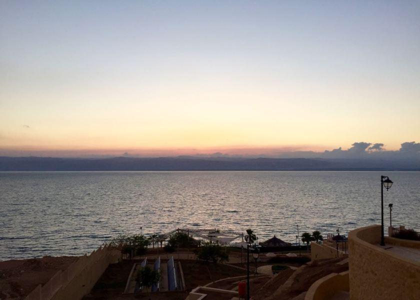 Sonnenuntergang über dem Toten Meer. Jordanien: Highlights und Impressionen von einer Rundreise mit Schulkind. Mehr dazu auf www.berlinfreckles.de