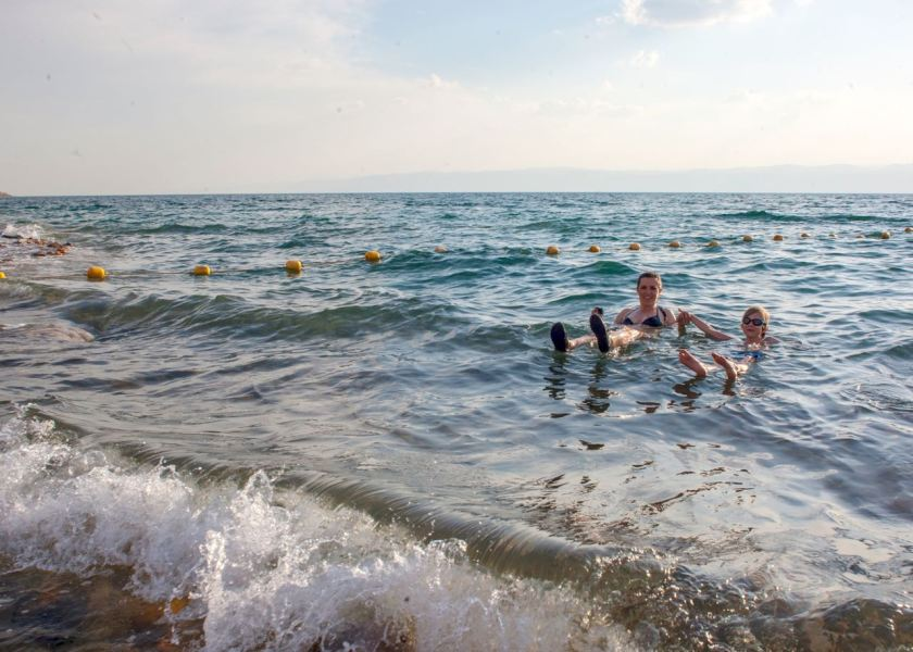 Baden im Toten Meer kann sogar gefährlich werden, wenn Wellengang herrscht. Jordanien: Highlights und Impressionen von einer Rundreise mit Schulkind. Mehr dazu auf www.berlinfreckles.de