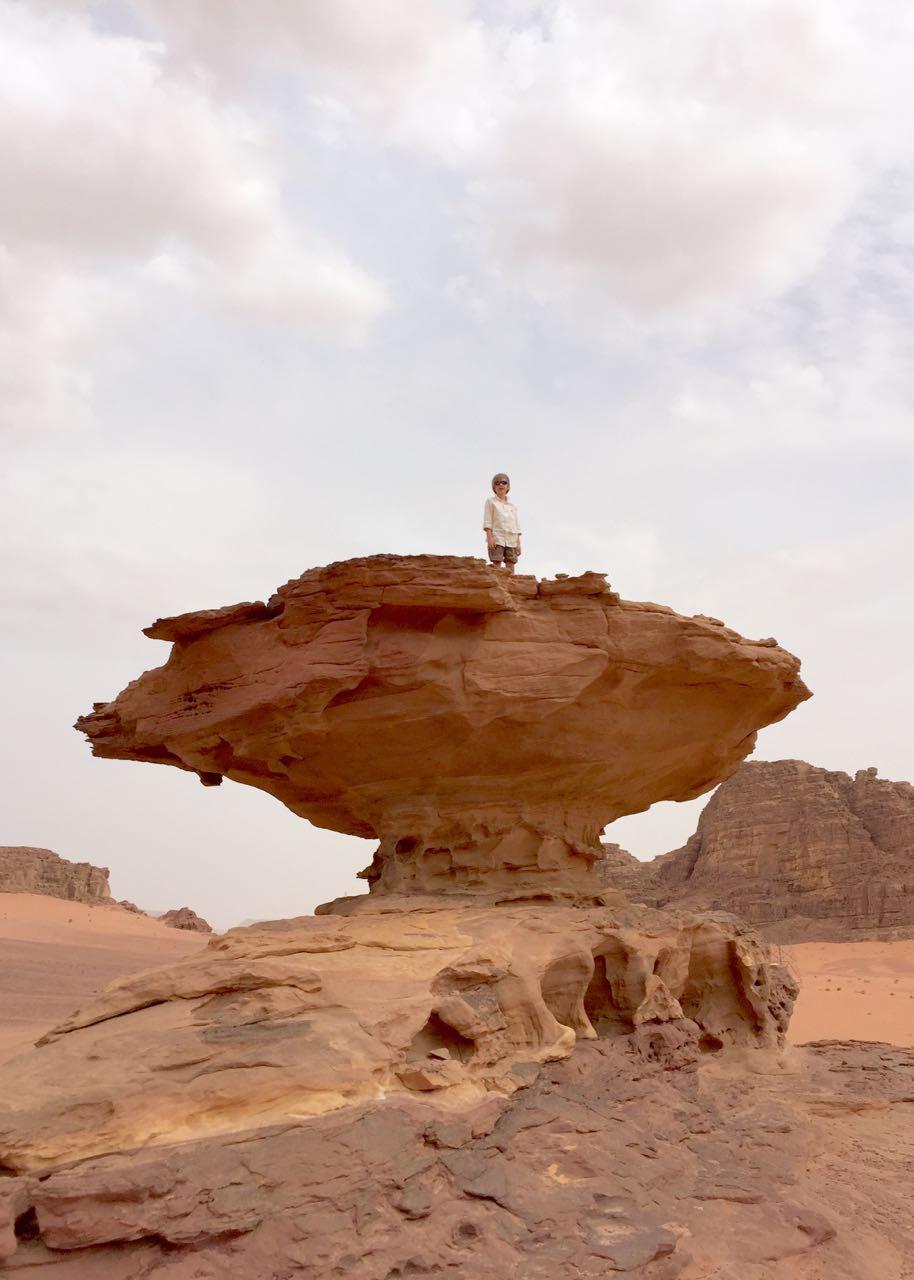 fantastische Felsformationen im Wadi Rum. Jordanien: Highlights und Impressionen von einer Rundreise mit Schulkind. Mehr dazu auf www.berlinfreckles.de