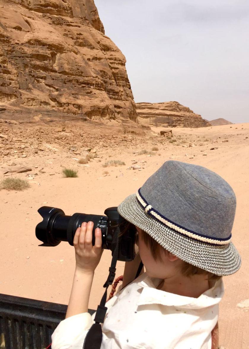 Nachwuchsfotograf im Wadi Rum. Jordanien: Highlights und Impressionen von einer Rundreise mit Schulkind. Mehr dazu auf www.berlinfreckles.de