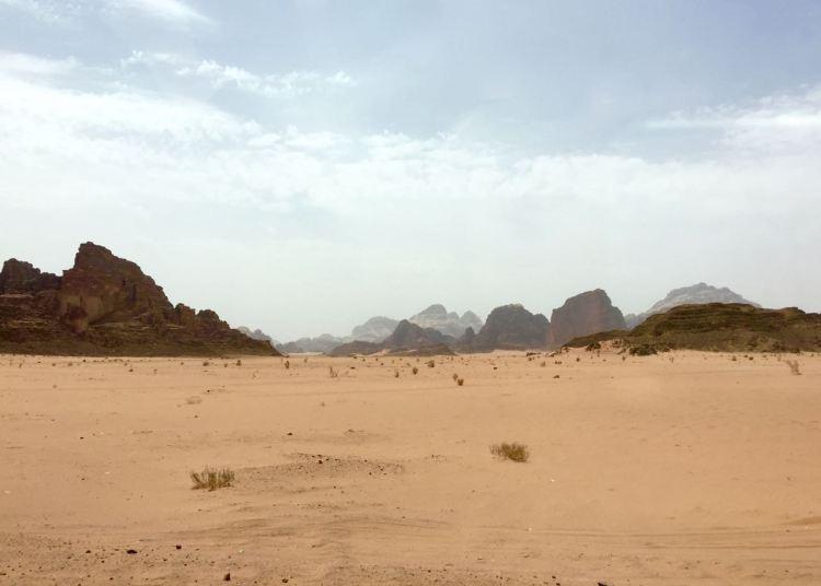 Unendliche Weiten im Weltnaturerbe Wadi Rum. Jordanien: Highlights und Impressionen von einer Rundreise mit Schulkind. Mehr dazu auf www.berlinfreckles.de