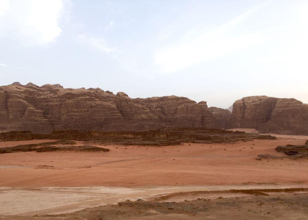 """Die Rote Wüste in Jordanien, das Wadi Rum. Drehort für den Film """"Der Marsianer"""". Jordanien: Highlights und Impressionen von einer Rundreise mit Schulkind. Mehr dazu auf www.berlinfreckles.de"""