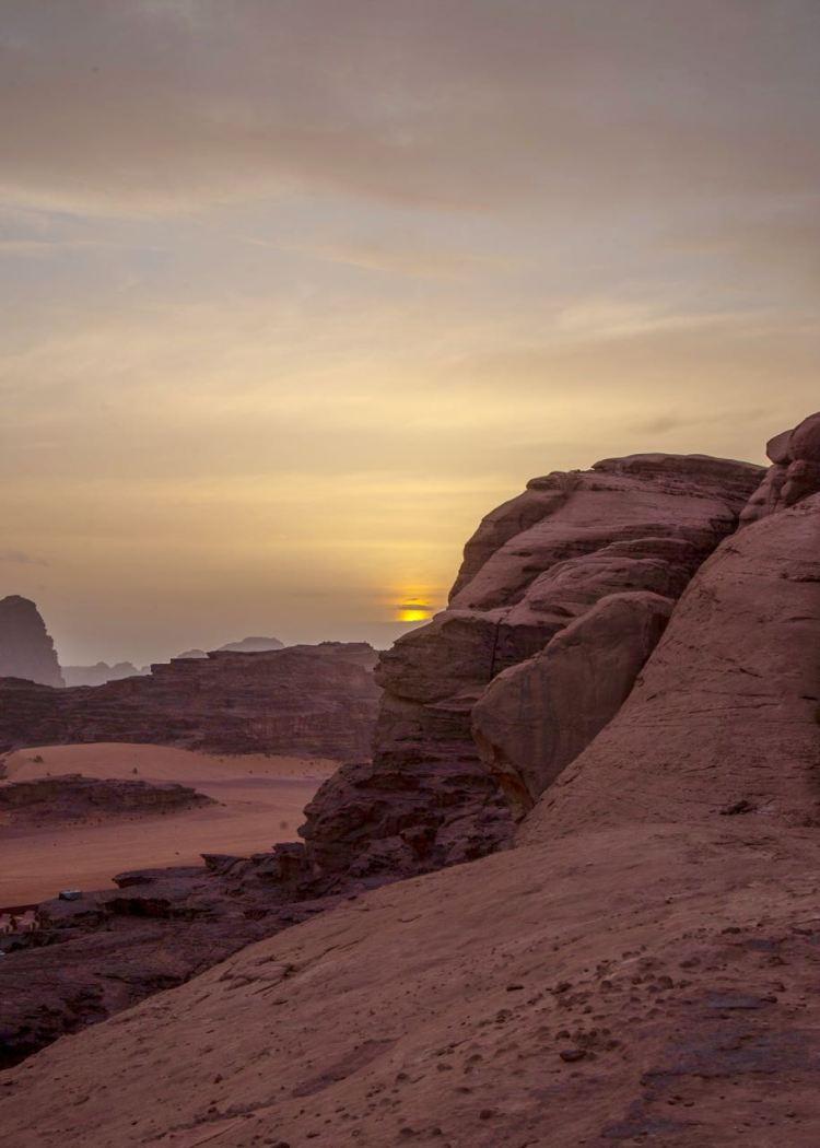 Sonnenuntergang im Wadi Rum. Jordanien: Highlights und Impressionen von einer Rundreise mit Schulkind. Mehr dazu auf www.berlinfreckles.de