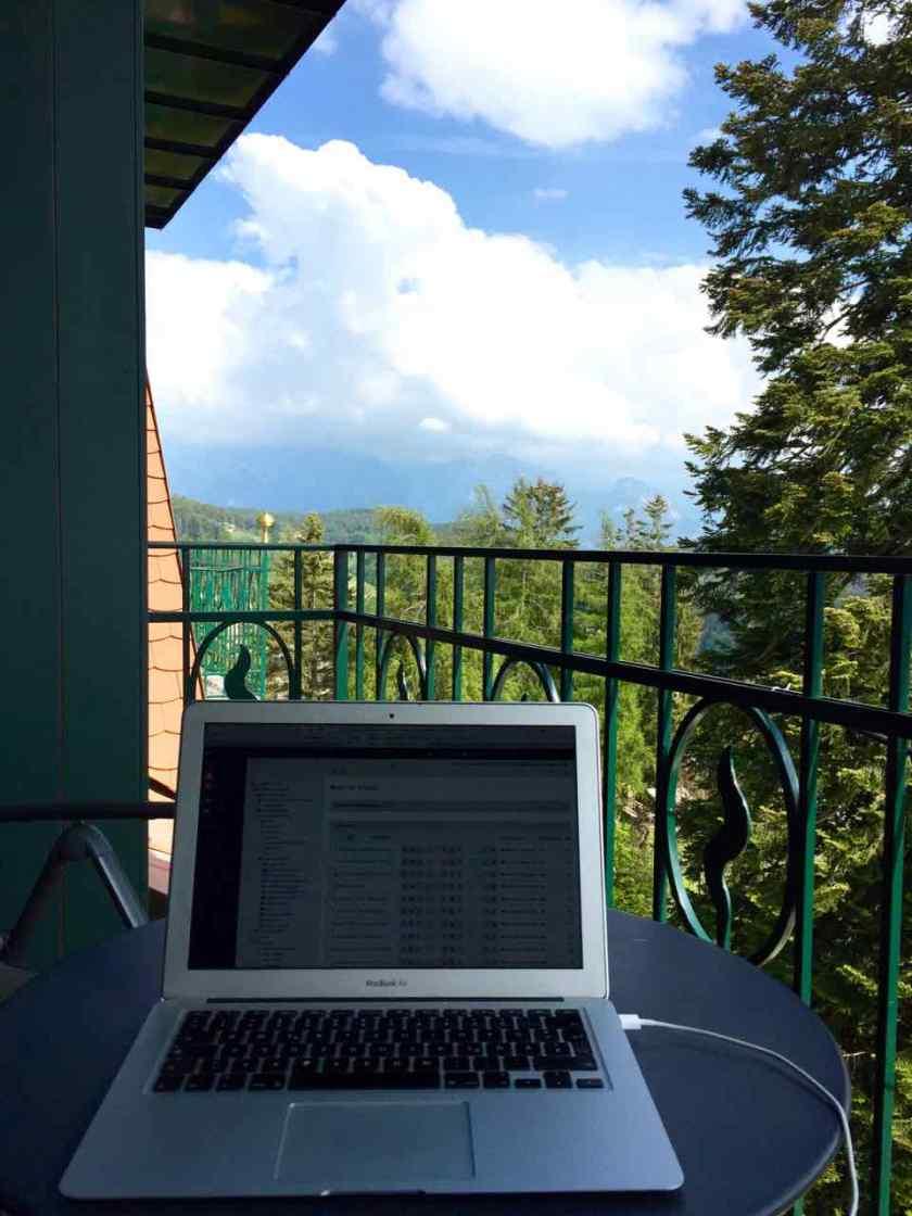 Mein Balkon, mein Büro. Stabiles WLAN und viel frische Luft sind gut für die Arbeit.