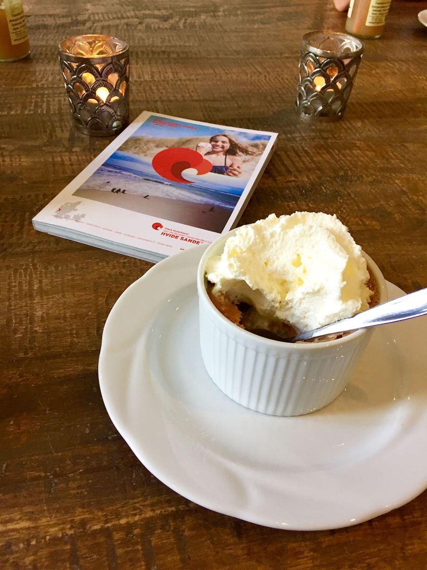 Warmer Apfelkuchen mit Sahne in Charly's Café in Kloster (Dänemark)
