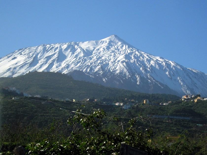 Der mit Schnee bedankte Vulkan Teide im Winter (CC BY-SA 3.0, Wikimedia, Jens Steckert, https://commons.wikimedia.org/wiki/File:Teide_from_north_2006.jpg#/media/File:Teide_from_north_2006.jpg)