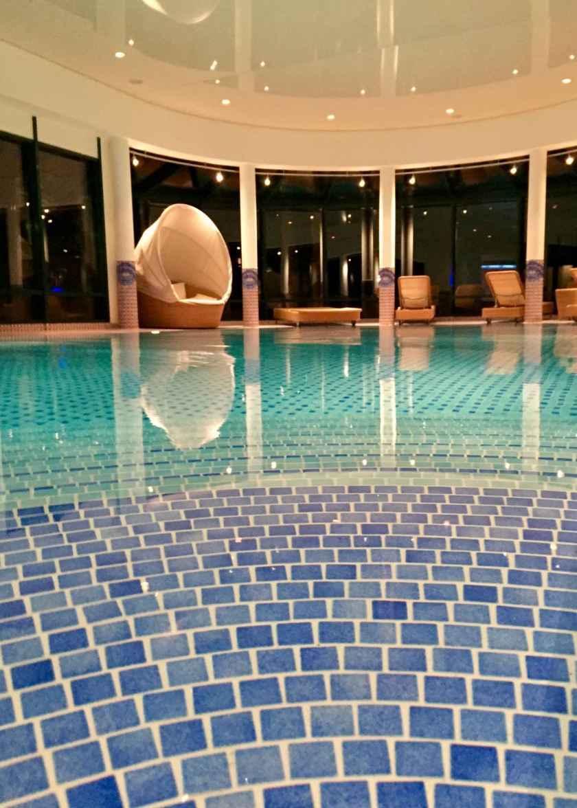 Travel Charme Strandhotel Bansin: Der Hotel-Pool am Abend