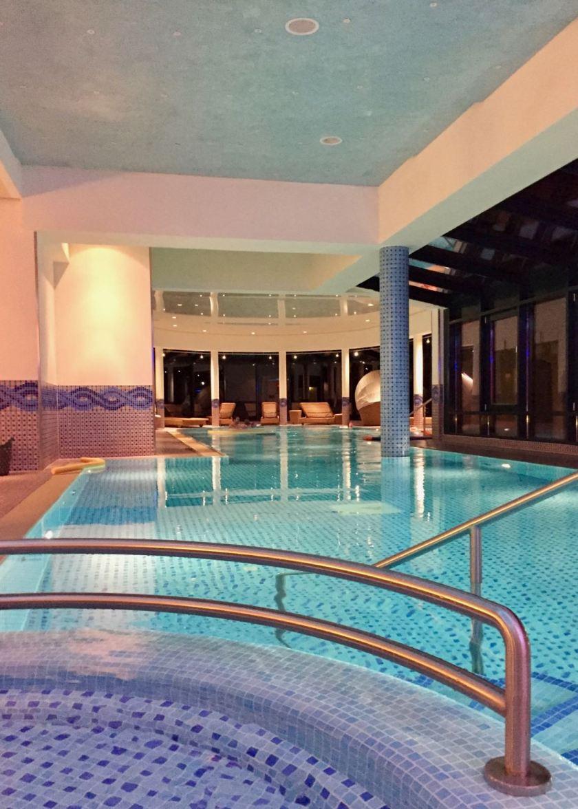 Travel Charme Strandhotel Bansin: Der Hotel-Pool am Abend