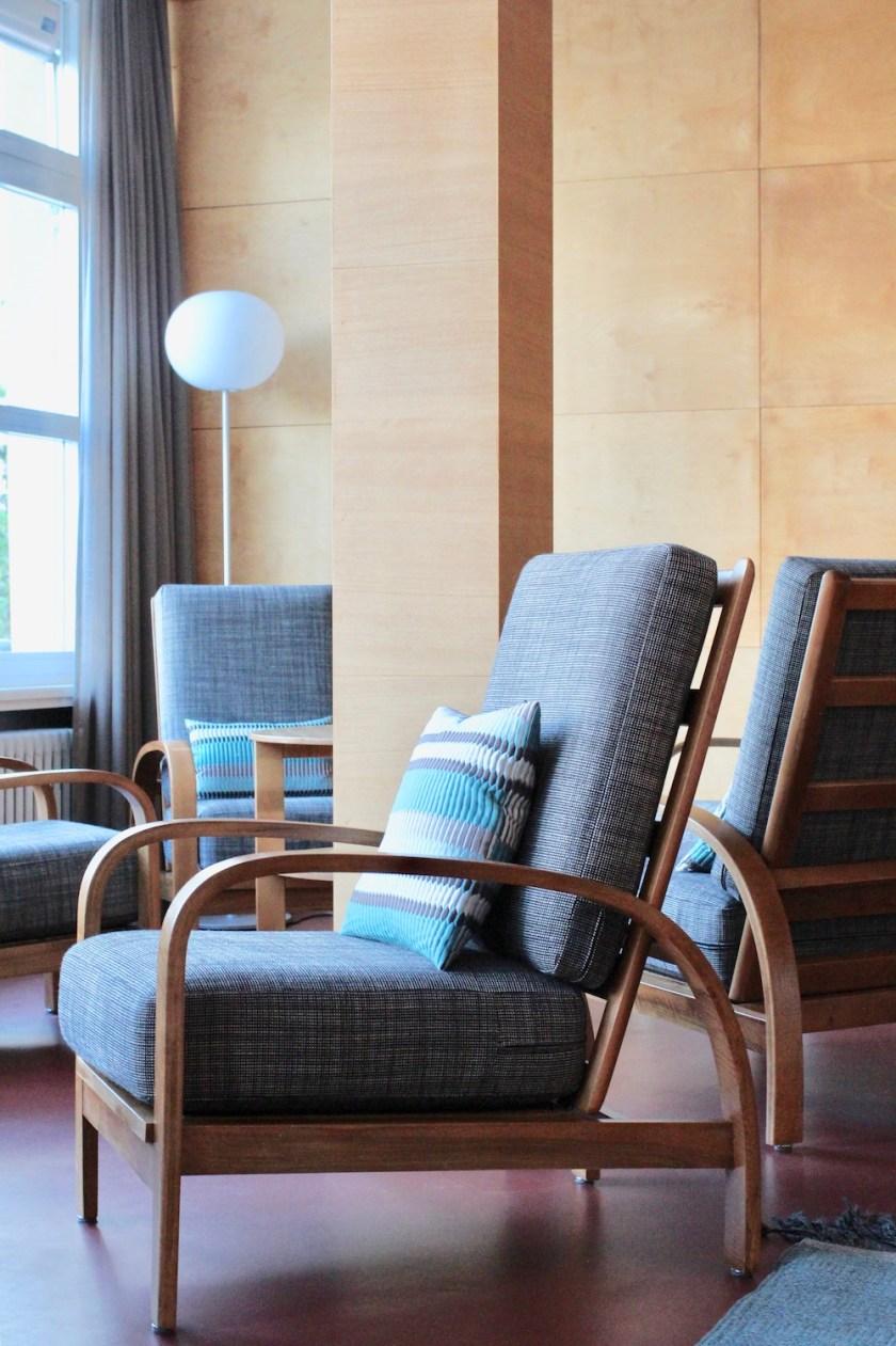 Jugendherberge Bella Lui Crans-Montana: Gemütlich sitzen auf restaurierten Original-Möbeln