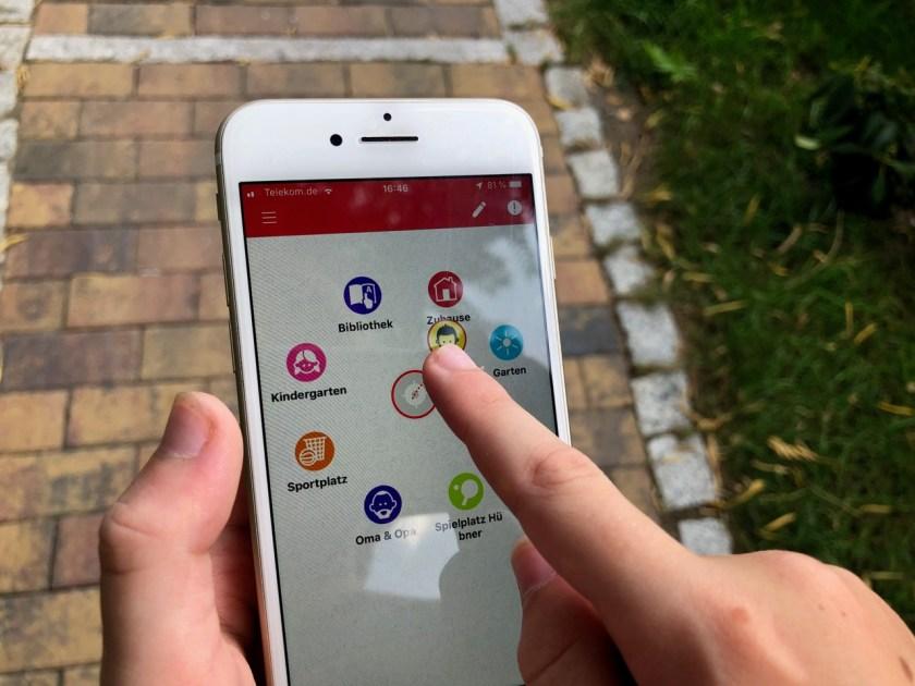 """Auswahl der Ziele in der Oberfläche der App - Smartphone mit Hilferuf-Funktion - - Fahrinfos mit der Kids-App """"VBB jump"""": So funktioniert die ÖPNV App für Kinder"""