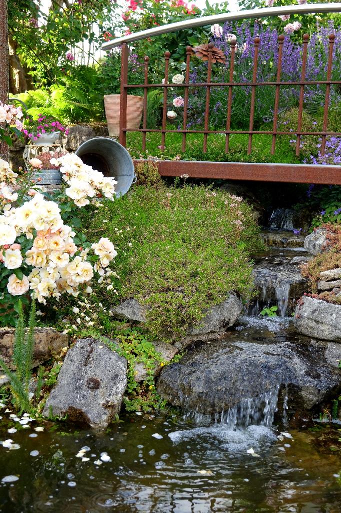 Wasser ist das bestimmende Element des Gartens, ein Bachlauf sorgt für Bewegung